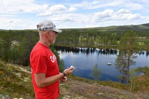 Trond Lia blickar ut över tjärnen som kan bli badtjärn med fiske.