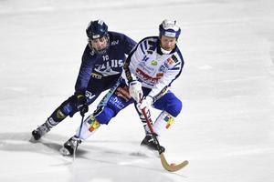 Elias Engholm i duell med Villastjärnan Johan Esplund. Bild: Anders Wiklund / TT