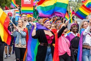 Pridetåget lockade många glada människor i Falun. Foto: Bengt Pettersson