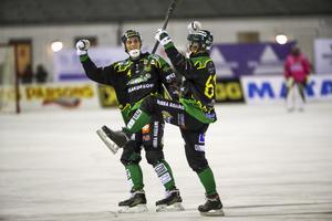Frillesås Anton Lööf och Fredrik Brandin jublar efter Brandins 1–0-mål.