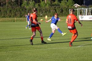 Lewis Baker i centrum. IFK Östersunds skotske anfallare gjorde 1–1 och 3–2-målet mot Ytterhogdal.