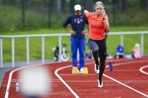 Höjdhopparen Erika Kinsey i träningen inför OS i Rio hemma på Krokoms sportcenter i somras tillsammans med maken och tränaren Daniel Kinsey.