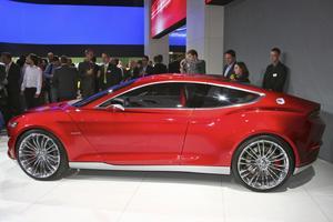Ford Evos Concept. Ford Evos Concept ska visa märkets nya formspråk och framtida drivlinor. Måsvingedörrar både fram och bak för den fyrsitsiga bilen vore självklart en fräck framtida dörrlösning. Evos Concept har en elmotor i samarbete med en bensinmotor. Med Evos Concept vill Ford skapa bilar som är kul att köra, förmedla premiumkänsla och också göra en vacker bil.