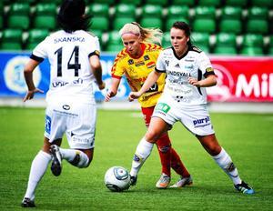 Isabell Viksell (nummer 14) och Linda Sjödin, som fick beröm av tränare Carström, var aldrig riktigt nära i gårdagens cupmatch.