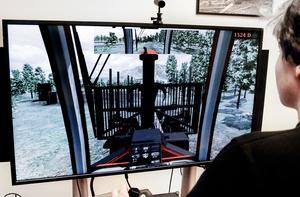 Isak Börjesson, som här testar simulatorn, trivs med sin utbildning.