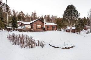 Timmervilla högt beläget med fantastisk utsikt och ligger i närheten av sjön Liljan. Foto: Fastighetsbyrån.