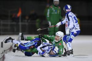 Fredrik Larsson i duell med William Arvidsson i toppmötet med Villa Lidköping. BILD: Anders Wiklund/TT