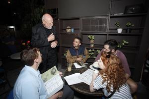 Björn Lundén brukar bland annat gå in på restauranger och erbjuda gästerna att köpa hans roman. Foto: Esneyder Gutiérrez, El Tiempo