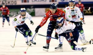 Martin Frid försöker bryta igenom Bollnäsförsvaret under derbyt den 30 november.