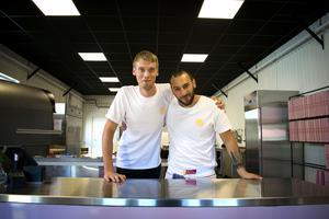 Pontus (till vänster) beskriver pizzabagaren Francesco (till höger) som köksmästaren och hjärnan bakom den goda pizzan.
