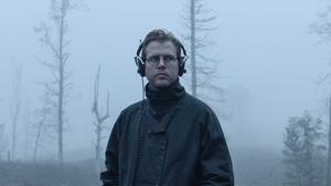 Nils Bergman går omkring i skogen med hörlurarna på. Vad lyssnar han på? Foto: SVT
