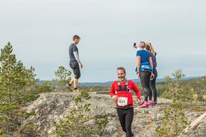 Många tog sig tid för fotografering vid de finaste vyerna längs banan. Anders Emnegard, Friskis & Svettis Härnösand, tar dock sats utför. Bild: Martin Edholm.