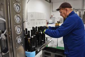 Direkt från bandet. Nya tillverkaren Sav Winery i Lugnvik satsar på mousserande björksav och har bygget upp en ny produktionsanläggning i Lugnvik där Anders Gunnarsson har greppet om verksamheten.