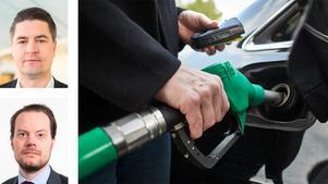 Sverigedemokraterna vill slopa, inte bara överindexeringen, utan hela den automatiska uppräkningen av bensinskatten. I kombination med en generell sänkning av bensin- och dieselskatten skulle detta innebära att priset sänks med minst 1 krona och 13 öre per liter.