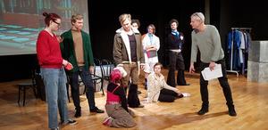 Läraren Erik Nihlgård instruerar eleverna och visar olika poser.