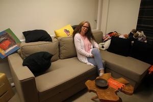 Här, i Ewa Norlings soffa, har de som drabbats av övergrepp fått hjälp – utan att bli registrerade någonstans. Det sänker tröskeln att komma.