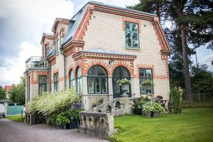 Ugnsmuraren Viktor Persson tog verkligen tillfälle att briljera när han byggde det vackra tegelhuset på Klangberget.