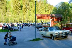 Ett par tusen besökare kom till årets första tisdagsträff i Säterdalen. Alla bilar kunde dock inte stå på gräsmattan eftersom den inte torkat upp riktigt än.