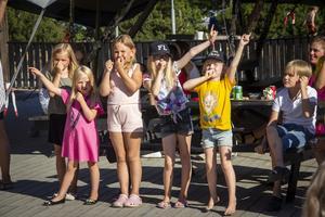Barnen fick dansa till den nya singeln Trevligt.