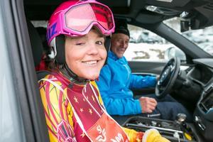 Anna Holmlund på väg mot stugvärmen tillsammans med pappa Lars Holmlund från Alnön.