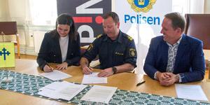 Medborgarlöften 2019 skrivs under i rådhuset. Sara Schelin, kommunchef, Roger Eklund (S), kommunalråd och Björn Wilhelmsson, närpolisområdeschef.