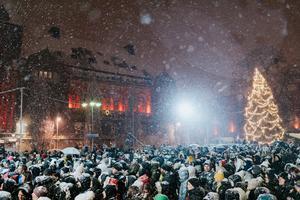 Stadshotellet tornar upp sig i bakgrunden. Musikhjälpen i Västerås 2019, Stora torget. Foto: Martin Bohm