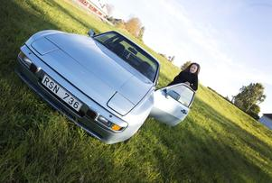 Petra med sin Porsche.