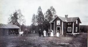 Marias farmor Anna Norgren till höger. Bredvid Anna står systern Leontina med barn. Farmors mor och far, Sara-Sofia och Gustaf Persson. Bilden är tagen framför stugan på Gonäsheden vid förra sekelskiftet 1900.