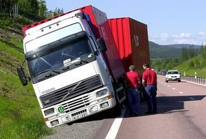 Lastbilschaufförerna utsätts för hårda krav. Det speglar av sig i många typer av olyckor och tillbud.