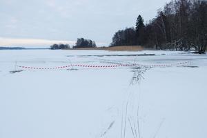 I Hässlösundet, norr om badplatsen på Södra Björnön, är det avspärrat på grund av dålig is.Foto: Bengt Stridh