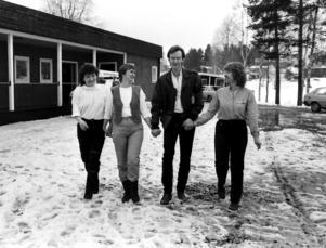 Det var de här tre tjejerna som fick Björn Afzelius att komma till Hammerdal. Från vänster: Anette Sundström, Yvonne Olofsson och på andra sidan Björn, Evy-Ann Mattsson.