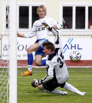 Engblom gör mål för IFK Sundsvall i juni 2008. En match som laget vann med 4–0, och samtliga mål gjordes av den då 17-årige Engblom. Bild: Håkan Humla.