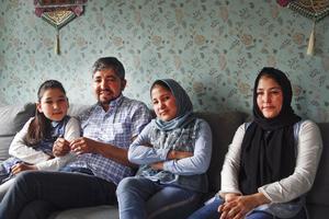 Aoghol Selbi, Azad, Aliya och Noorja Karim vill bara att alla tre flickorna ska kunna börja skolan så snart som möjligt. Det har redan tagit alldeles för lång tid, menar pappa Azad Karim, som är kritisk till hur kommunen hanterar frågan.