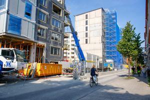 Det ska bli fler och bättre gång- och cykelstråk i Norra stadskärnan. Till vänster ses uppförandet av 440 hyresrätter i Sländan etapp 1.