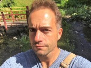 Andreas Jansson, antikvarie och utbildad arkeolog vid länsstyrelsen, tycker att hällristningen oavsett ålder är spännande. /Foto: privat