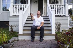Jimmy Siggstedt hittar just nu på alla skattjakter själv och placerar ut skatterna på olika resor genom landet.