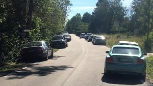 Bilarna som parkerades längs vägen hindrade busstrafiken, enligt Nobina.
