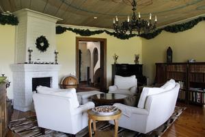 Vardagsrummet har fått behålla de grangirlanger som tidigare sattes upp till adventsfesten.