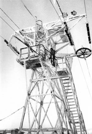 Tornet på transportbanan. Ibland täcktes vajrarna av så tjock is att det inte gick att transportera upp arbetare och material till toppen. Till och med på midsommar 1975 var vajrarna så istäckta att det inte gick att köra.