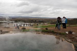 Många heta källor ligger runt Geysirområdet, ett klassiskt turistmål på Island.