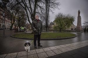 Vid Järntorget går Jonas Hjalmarson på promenad med hunden Kotten.