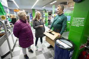 Butikschefen Ingemar Forsberg pratar med kunderna Ulla-Karin Larsson och Birgitta Strid om rånet som inträffade i butiken i förra veckan.
