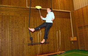 På trapets med snurrande tallrik på en pinne – Wilma Norin, 10 år, visar sitt svåraste trick.