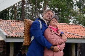 Jakob Stadell och Hanna Hedlund gör rollerna som Lustigs Per och Brus Britta i Skinnarspelet.