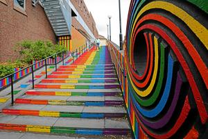Pridetrappan som skapades i samband med Falun Walk of Art 2016. Den ingår i det arbete som görs vid Lydias terrass som ligger intill trappan.Foto: Gustaf Elfving