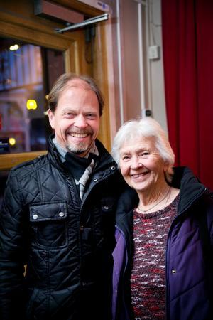Johan och Karin Eklind, från Södertälje.  – Jag har fått det här av min son i julklapp, säger Karin Eklind. – Och förväntningarna är höga, särskilt på Jonas Holmberg, som jag tycker mycket om, säger hon.