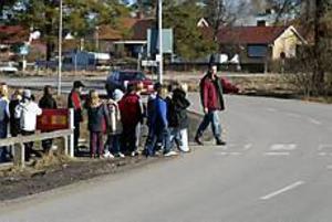 Foto:LARS WIGERT Osäker övergång. Ola Lindberg visar barnen hur de ska bete sig vid ett övergångsställe.