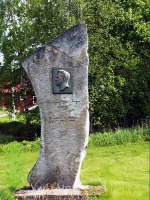 Vid Äskja gård  i Ullånger, Ångermanland, finns en björkallé som leder fram till entrén och  i den parkliknande trädgården har bygdens folk rest en minnessten över Wilhelm Peterson-Berger.Foto: Anki Hamberg