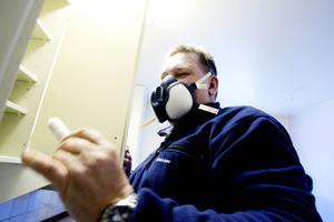Anticimex i Gävle tar hand om fall av kackerlackor två-tre gånger i veckan. Att stryka på en sorts gel i köksskåpen är ett sätt att ta kål på de små insekterna.