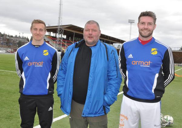 Anders Roos flankeras av två av de tre vassa nyförvärven som Lillhärdal fått inför säsongen. David Larsson och Andy Widdicombe spelade senast i Ytterhogdals IK, det gjorde även tredje nyförvärvet, Magnus Theodorsson som saknas på bilden.